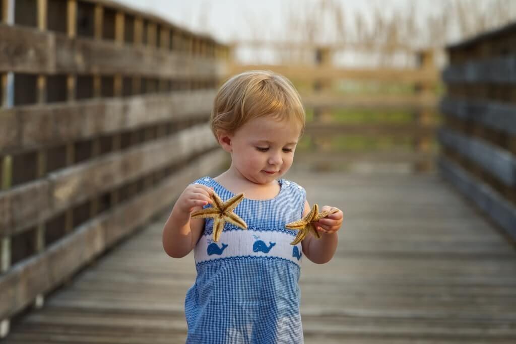 family-photography-little-boy-on-orange-beach-bordwalk-213120-0025
